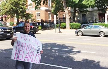 Как белорус пикетирует посольство России в США