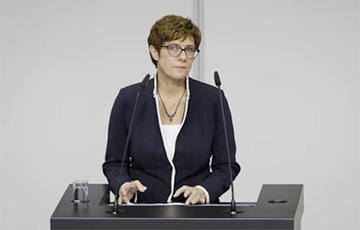 Анэгрэт Крамп-Карэнбаўэр заступіла на пасаду міністра абароны Нямеччыны