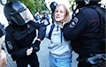 На девушку, которую российский полицейский ударил в живот, завели дело