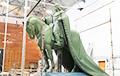 Фотофакт: К Лидскому замку привезли памятник Гедимину