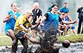 Reuters и Euronews рассказали, как белоруски сыграли в футбол на болоте