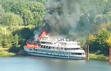 Видеофакт: На Волге сгорел пассажирский теплоход «Святая Русь»