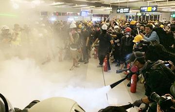 В Гонконге массовая акция в метро закончилась столкновениями с полицией