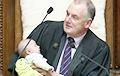 Глава парламента Новой Зеландии во время заседания нянчил младенца