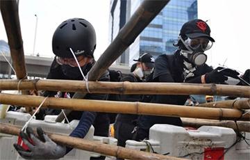 У Ганконгу пратэстоўцы паставілі барыкады з бамбуку