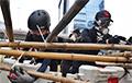 В Гонконге протестующие возвели баррикады из бамбука