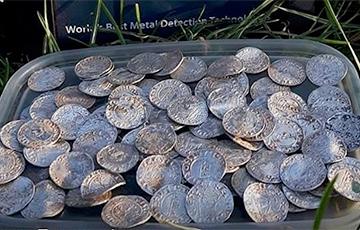 Муж і жонка з Брытаніі знайшлі тысячагадовы скарб у чыстым полі
