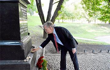 Джон Болтон посетил мемориал «Яма» в Минске