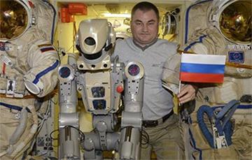 «Может, молотком стукнуть?»: российского робота Федора включили с 10-й попытки
