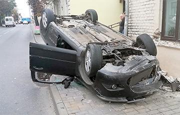 В Гродно водитель Ford хотел проскочить перед автобусом, но опрокинулся на крышу
