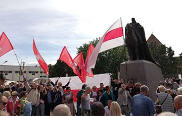 Флаги с «Погоней» на открытии памятника Гедимину в Лиде