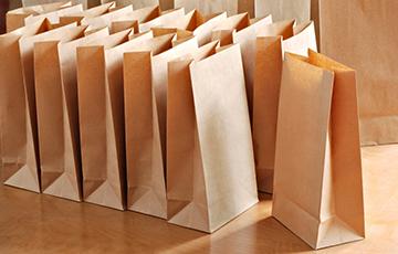 Белорусские магазины обязали продавать бумажные пакеты