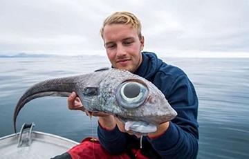 Поймавший «глазастого динозавра» рыбак стал звездой Сети