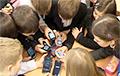 Больш жорстка, чым у войску: чаму ў школах у дзяцей забіраюць смартфоны