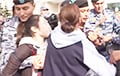 Шокирующее видео: В Нур-Султане полиция задержала девочку-подростка, которая шла в магазин