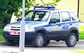 Видеофакт: В Минске парень порезал колесо милицейской Chevrolet Niva