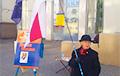 Фотафакт: Ніна Багінская пад нацыянальным сцягам збірае подпісы за Леаніда Кулакова