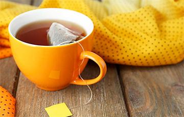 Медики рассказали, почему нельзя отжимать чайный пакетик в чашку