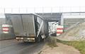 Фотофакт: В Бобруйске фура застряла под мостом