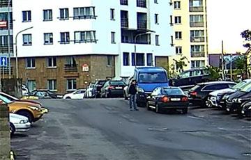Видеофакт: В Минске мужчина ногой разломал зеркало неправильно припаркованного авто
