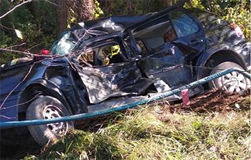 Под Кобрином авто врезалось в дерево: два человека погибли, еще четыре пострадали