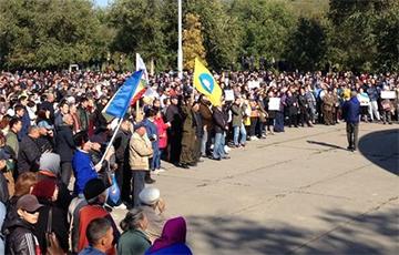 В российской Элисте прошел многотысячный митинг против назначения мэром экс-главаря «ДНР»