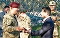 Зеленский отправился на передовую и вручил украинским бойцам награды