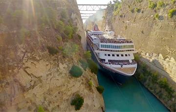 Видеохит: В Греции огромный корабль пытается пересечь очень узкий канал