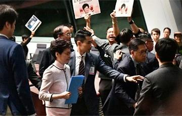 Апазіцыя не дала кіраўніцы Ганконга сказаць прамову ў парламенце