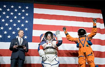NASA показало новые скафандры для полетов на Луну и Марс