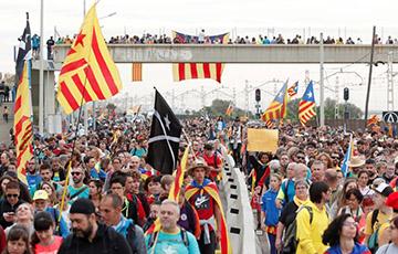 Сотні тысяч каталонцаў сцякаюцца ў Барселону на пяты дзень пратэстаў