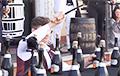 Видеохит: Сомелье из Молдовы установил рекорд по скоростному открыванию бутылок