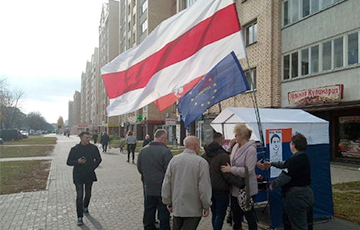 Photo Fact: European Belarus Picket Held At Entrance To Minsk City Court