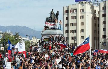 Десятки тысяч протестующих вышли на улицы столицы Чили
