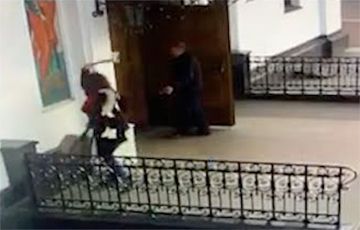 Жанчына з сякерай напала на Кафедральны сабор Святога Духа ў цэнтры Менска