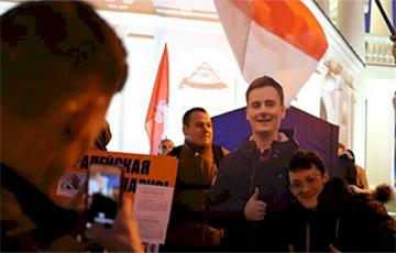 Фотофакт: Молодежь высказывается в «Свободный мегафон» на встрече зрителей фильма NEXTA