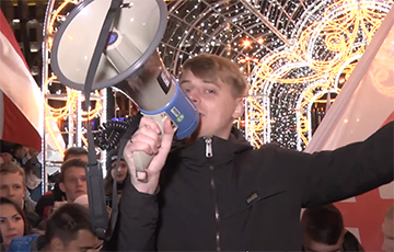 Видеофакт: О чем говорила молодежь на встрече на площади Свободы