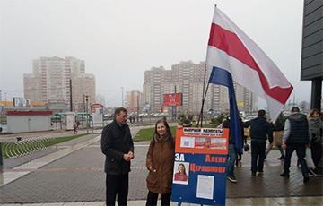 Фотофакт: В Минске под бело-красно-белым флагом прошел пикет в поддержку Елены Терешковой