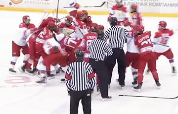 Видеофакт: Хоккеисты Беларуси и России устроили массовую драку
