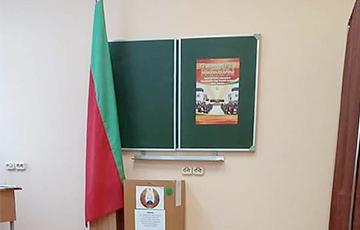 Фотофакт: В Гродно на запечатанном избирательном участке ночью перевернулся флаг