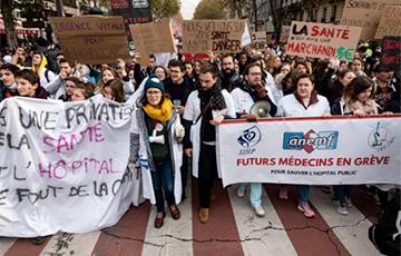 Перед годовщиной «желтых жилетов» тысячи людей снова вышли на улицы Парижа