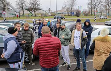 Таксисты вышли на митинг и устроили забастовку