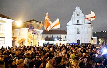 Свободные люди прошли маршем по центру Минска и сожгли удостоверения от Ермошиной: яркие кадры