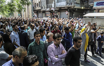 В Иране протестующие сожгли статую аятоллы Хомейни