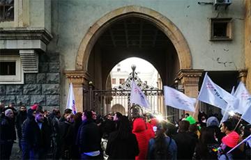 Лидеры оппозиции повесили замки на ворота парламента Грузии