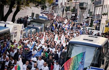 В Лиссабоне тысячи полицейских вышли на акцию протеста у парламента