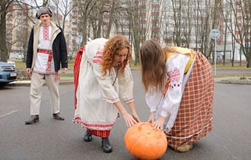 "Video Fact: Belarusians ""Rolled Out Pumpkin"" To Russian Embassy"