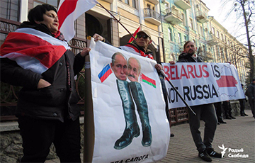 Протестующие в Киеве сожгли портреты Путина и Лукашенко