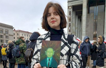 Girl With Green Putin In Hands: I Will Invite Everyone I Know To Next Square Action