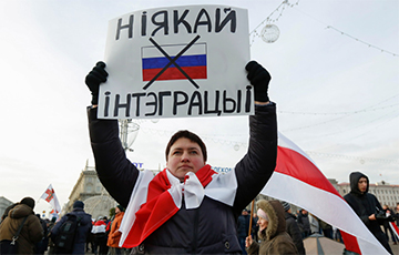 Protesters In Minsk Pass Their Demands To Russian Embassy